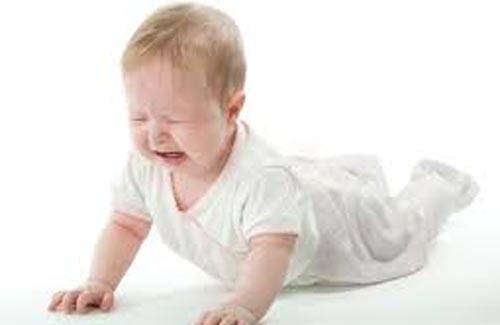 Почему ребенок ударяется головой об пол