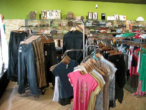 Продавцы одежды приостановили поставки и отказались от распродаж ... 49d36bf72d0