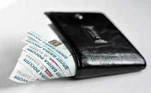 Пять тысяч рублей в черном портмоне