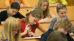 абитуриенты сдают вступительные экзамены на факультет международной журналистики в мгимо јбитуриенты