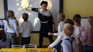 ROSTOV-ON-DON, RUSSIA. DECEMBER 9, 2015. A teacher points towards projections of Solar system planets during a lesson at Kindergarten ¹ 1. Valery Matytsin/TASS  Ðîññèÿ. Ðîñòîâ-íà-Äîíó. 9 äåêàáðÿ 2015. Âî âðåìÿ çàíÿòèé äåòñêîì ñàäó ¹ 1. Âàëåðèé Ìàòûöèí/ÒÀÑÑ