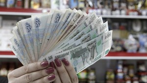 A cashier displays Russian rouble banknotes taken from a cash register at a local grocery store in Stavropol, southern Russia, January 7, 2015. Many emerging market currencies weakened on Wednesday, weighed down by oil prices hitting fresh lows, with Russian assets feeling most of the pain. South Africa's rand, Turkey's lira, and the Russian rouble all traded lower against the dollar, after oil prices fell below $50 barrel for the first time since 2009. REUTERS/Eduard Korniyenko (RUSSIA - Tags: BUSINESS)