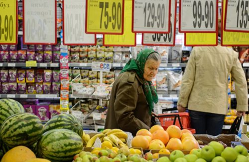 "YEKATERINBURG, RUSSIA. AUGUST 24, 2015. An old woman shopping for vegetables at a Kirovsky supermarket in Yekaterinburg. Donat Sorokin/TASS  –осси€. ≈катеринбург. 24 августа 2015. ѕокупательница в овощном отделе супермаркета ""ировский"". ƒонат —орокин/""ј——"