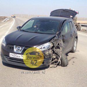 В Кузбассе на трассе столкнулись трактор и иномарка