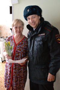DSC 0754 e1520520539908 200x300 Участковые поздравили новокузнечанок с 8 марта