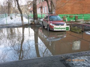 2941daa9e37eb71ef01c68eda3227adf 300x225 «Добираемся вплавь»: новокузнецкие жалуются на затопленный двор