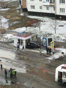 zoEbQzW9R8 263x350 225x300 В Новокузнецке автомобиль протаранил остановочный павильон, пострадал пешеход